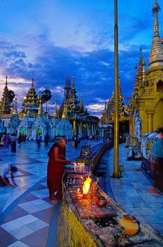 現地の人に混ざってお参り。ヤンゴン旅行の観光アイデア。