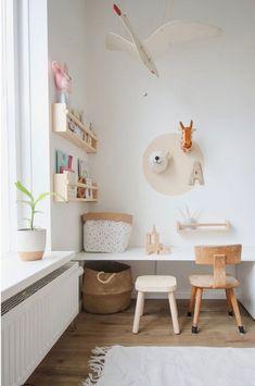 Weekend DIY: van loos hoekje naar speeltafel in een handomdraai — sevencouches - Kent jouw woonkamer ook een 'speelhoek'? Trendy Bedroom, Kids Bedroom, Bedroom Simple, Room Kids, Childrens Bedroom, Desk For Kids Room, Living Room Desk, Ikea Toddler Room, Kids Desk Space
