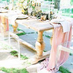 Pentru decoruri glam la nunta iti propun fata de masa cu paiete la prezidiu, de culoare nude-rose, pe voal fin si foarte fluida. Pentru evenimentele in aer liber, cu mese din lemn, propun traversa de voal fin culoare nude-rose. Tematica rustica? Traversa de iuta cu dantela va intregi decorul.