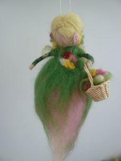 Frühlingsfee Fee aus Märchenwolle zum Aufhängen Wa von Feen, Zwerge & Jahreszeitentischdeko auf DaWanda.com