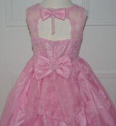Daar is die dan, de achterkant van dit jurkje is SUPER. Een echte bruidsmeisjesjurk!! Trouwen, bruiloft, huwelijk, bruidsmeisjes, bruidskinderen, communie, bruidsmeisjesjurk, communiekleding, communiejurk. bruidskindermode.nl