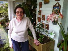 De nuevo: no hay edad para iniciarse en el mundo del #huerto urbano. Sinó mirar a Carlota con 89 primaveras y su primera #mesa de cultivo. www.ecobrotes.es