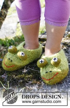 """Felted DROPS frog slippers in """"Eskimo"""". Size 23 to 37"""
