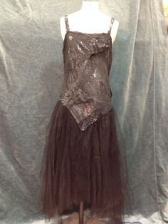 Robe du soir pailletée, vers 1920. Corsage à bre-telles, forme tube entièrement recouvert de paillettes mattes noires. Jupe à pans en pointe en tulle illusion noir. Griffe tissée ivoire: «Chéruit - 21 Place Vendôme - Paris»