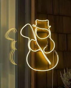 Fin LED silhuett fra Konstsmide med ropelight i form av en snømann festet på metallramme. Den hengende dekorasjonen er 47 cm bred og har 288 varmhvite LED. Heng den på husveggen og sett stemningen for vinteren!
