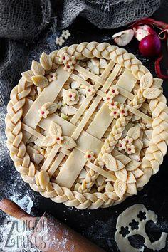 Apple Pie - American, covered apple pie - tongue circus- Pie – amerikanischer, gedeckter Apfelkuchen – Z pies pies recipes dekorieren rezepte Pie Recipes, Baking Recipes, Dessert Recipes, Pie Crust Designs, Pie Decoration, Circus Cakes, Pies Art, Holiday Recipes, Cake Decorating