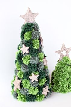 Weihnachten Creation Pom pom Christmas tree craft Article Physique: The New 12 months is a Festive t Christmas Pom Pom Crafts, Diy Christmas Tree, Craft Stick Crafts, Christmas Tree Decorations, Holiday Crafts, Christmas Wreaths, Primitive Christmas, Country Christmas, Christmas Snowman