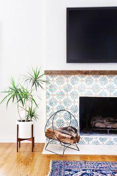 manteau de cheminée, déco carreaux de ciment, motifs géométriques et tapis bleu