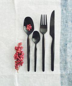 gense bestik i rustfrit stål og matsort PVD coating - Designet af Monica Förster #boligindretning - #køkken #borddækning #nordiskeriger