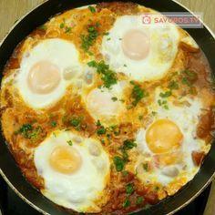 Atât de delicios și se prepară doar în 15 minute! Shakshuka, ouă în sos de roșii! - savuros.info Fish And Eggs Recipe, Garlic Benefits, Good Food, Yummy Food, Romanian Food, Food Platters, Vegan, Food To Make, Food Porn