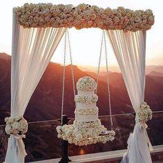 """3,990 Likes, 36 Comments - Casamenterapia -Tania Cristina (@casamenterapia) on Instagram: """"Momento ostentação! Mesa suspensa! #casamentos #casamento #casar #casando #casorio #bolodecasamento…"""""""