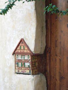 Une petite maison à colombages - Colmar, Alsace, France (www.tourisme-colmar.com)