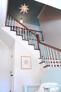 coastal beach style entry stairwell - by The Decorologist Blue Ceilings, Painted Ceilings, Stairs To Heaven, Painted Staircases, Entry Stairs, Entry Lighting, Lake Cottage, Beach Design, Coastal Homes