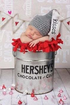 6. Hershey's #Kisses - 35 Absolutely #Adorable Ideas for Your Baby's #First Photo Shoot ... → #Parenting #Photo