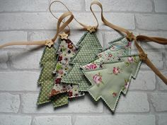 Christmas Tree Bunting Garland Tutorial Weihnachtsbaum Girlande Tutorial Related posts: No related posts. Christmas Tree Template, Christmas Tree Garland, Christmas Tree Crafts, Christmas Fabric, Noel Christmas, Holiday Crafts, Diy Christmas Bunting, Christmas Lights, Christmas Patchwork