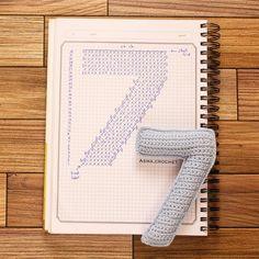 . مساء الخير .. باقي بس رقمين 9-8 وأنتهي من الارقام  بالنسبه للي طلبوا رقم 0  موجود أسفل مع الحروف مافيه اختلاف عن حرف ال O.  . #crochet_numbers #crochet #كروشية