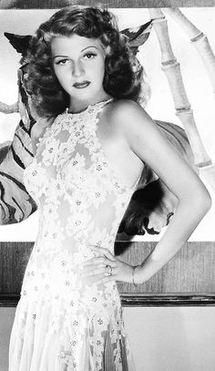 Rita Hayworth - Photo by George Hurrell from You Were Never Lovelier (1942) Golden Age Of Hollywood, Vintage Hollywood, Hollywood Glamour, Hollywood Stars, Hollywood Actresses, Classic Hollywood, Hollywood Divas, Rita Hayworth, Classic Actresses