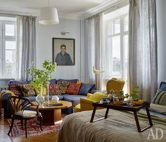 Комната хозяйки — спальня, она же гостиная. На переднем плане — поднос, Crate and Barrel. На нем английский антикварный фарфор и столовое серебро, Antikitiz. Там же куплены кресло 1930-х годов и столик 1950-х годов. Диван, желтое кресло, льняные шторы Ikea. Покрывала на кровати и на диване, Crate and Barrel.