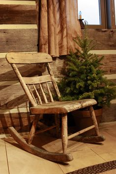 Boost your Rustic Winter Porch Decor with These 3 Objects - Though it's freezing outside, an average porch deserves a makeover. How about rustic design? You can start your rustic winter porch decor now. Primitive Christmas, Country Christmas, Simple Christmas, Old Wooden Chairs, Old Chairs, Dining Chairs, Old Rocking Chairs, Winter Porch, Love Chair