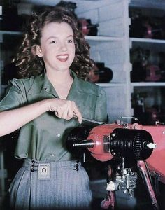 """Brunette Norma Jean - helps beat the Axis in an - airplane factory"" Marilyn Mo. - ""Brunette Norma Jean – helps beat the Axis in an – airplane factory"" Marilyn Monroe is cel - Joven Marilyn Monroe, Marilyn Monroe Cuadros, Fotos Marilyn Monroe, Young Marilyn Monroe, Marilyn Monroe Childhood, Rare Historical Photos, Rare Photos, Strange Photos, Julie Christie"