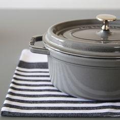 ひとつひとつ手作りされる、フランス生まれの「STAUB(ストウブ)」の鋳物ホーロー鍋。保温性や熱伝導性に優れていて、食材の旨味を閉じ込める調理ができるとあって、一度使うとハマる人が多いんです♪見た目も鋳物特有の重厚感がありながらかわいらしさもあり、そのまま食卓に出しても、インテリアとして飾るように収納してもとてもおしゃれです。世界中に根強いファンの多い、プロの料理人も愛用するSTAUBのお鍋について、食卓での活用例やレシピなども交えながらご紹介します。