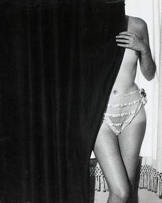 Brassaï-Fille derrière le rideau,1932                                                                                                                                                     Plus