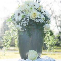 Urne mit Blumengesteck; Friedhof Essen-Altenessen /// Urn with flower arrangement. Cemetery Essen-Altenessen