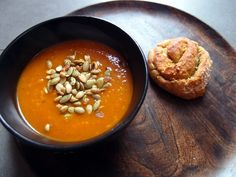 græskar- og gulerodssuppe, græskarsuppe, suppe, vegetar, hokkaido græskar, gulerødder, løg, chili, hvidløg, grøntsagsbouillon, kokosmel, ing...