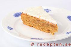 Morotskaka - Recept på god och saftig morotskaka med färskostglasyr. Mycket enkel att göra. Bilder steg för steg!