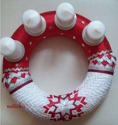 Adventní věnec v červené Christmas Tree, Holiday Decor, Scrappy Quilts, Teal Christmas Tree, Xmas Trees, Christmas Wood, Christmas Trees