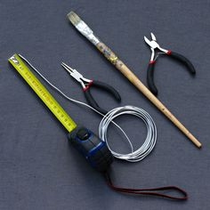 1 You need 2mm wire, rounded pliers, wire cutters, a ruler, and a cylindrical body that is a little larger than your ring; 2 Cut a piece of wire. I have taken 12 cm; 3 Using the clamp, curl the two ends of wire: 4 like this: 5 Wrap the wire around the body of your cylinder; 6 you now have the following: 7 Place on your finger at the joint you wish to support. 8 Push the two ends in toward the finger; 9 Finally, spread the wire on top of the finger to move them to either side of the joint.