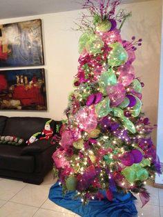 Pino de Navidad Con adornos verde limon y rosas