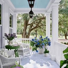 Get the inspiration you should improve your 46 Gorgeous Farmhouse Front Porch Decorating Ideas !High level decor ideas for everybody! Check out our decoration recommendations! Modern Farmhouse Porch, Farmhouse Front Porches, Farmhouse Homes, Cottage Farmhouse, Farmhouse Plans, Small Cottage House Plans, Small Cottage Homes, Small Homes, Porch Roof Design