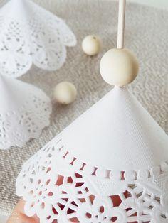 Možno ste už premýšlali o peknej dekorácii na vašom vianočnom stole. Máme pre vás skvelý návod krok za krokom, ako si vyrobiť peknú dekoráciu z papierových obrúskov. Tieto vianočné stromčeky budú skvelou vianočnou dekoráciou.