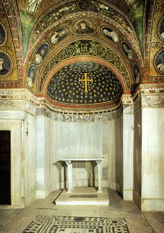 Cappella del Palazzo Arcivescovile, Ravenna. Mosaici della fine del V - inizio del VI secolo. Periodo teodoriciano. Il catino absidale con croce in cielo stellato e estradosso con monogramma dell'arcivescovo di Ravenna Pietro II (494–519)