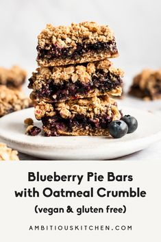 Perfectly sweet blueberry pie bars topped with a delicious oat crumble. These easy vegan and gluten free blueberry bars taste just like blueberry pie and will be your new favorite summer treat! Healthy Blueberry Pies, Blueberry Pie Bars, Gluten Free Blueberry, Blueberry Crumble, Vegan Crumble, Vegan Pie, Vegan Blueberry, Raw Vegan, Brownies