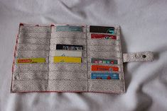 Couture du jour: a loyalty card holder that holds 30 cards! Sewing Hacks, Sewing Crafts, Sewing Projects, Wallet Sewing Pattern, Sewing Patterns, Boutique Haute Couture, Sewing Online, Wallet Tutorial, Creation Couture