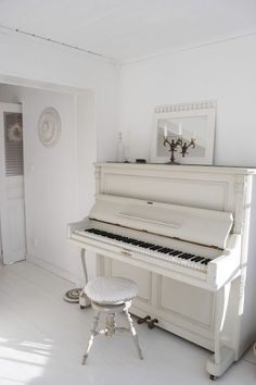 Pin Away Wednesdays: White Rooms and White Decor I miss my piano 🙁 it doesn't fit in our appartement. Shabby Chic Furniture, Shabby Chic Decor, Painted Furniture, Pianos Peints, Vieux Pianos, Painted Pianos, Vibeke Design, Old Pianos, Upright Piano