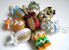 Ein wunderbares Geschenk zu Ostern. Freuen Sie sich und machen Sie eine Freude Ihren Lieben. Jedes Ei ist handgefertigt aus einem Stück Schaumstoff und Satinband.