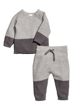 Gray. BABY EXCLUSIVE/CONSCIOUS. Set with knit sweater and pants in soft organic cotton. Long-sleeved sweater with raglan sleeves and buttons at top. Pants
