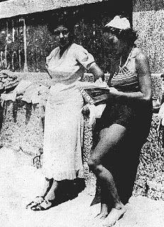 """Este era o """"paredão"""" da praia do Flamengo. Os banhistas desciam uma escada para chegar à areia. 26 de outubro de 1935, p. 5. (Acervo Fundação Biblioteca Nacional)."""