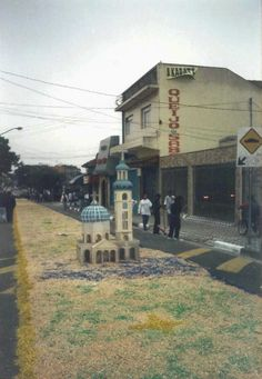 Miniatura do Santuário Santa Isabel Rainha, Vila Santa Isabel, durante os festejos de julho com os tapetes de serragem. Anos 90. Colaborou com a foto: Rosália Pereira