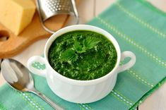 Nettle soup is a traditional Irish soup prepared from stinging nettles. Cookbook Recipes, Soup Recipes, Healthy Recipes, Fish Dishes, Tasty Dishes, Irish Soup, Salsa Pesto, Romanian Food, Gastronomia
