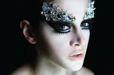 maquillaje-bruja-niña-lentejuellas-encima-de-los-párpados-maquillaje-en-los-ojos-ahumado Ghost Makeup, Sfx Makeup, Costume Makeup, Make Up Art, Eye Make Up, Fantasy Make Up, Theatrical Makeup, Special Effects Makeup, Ice Queen