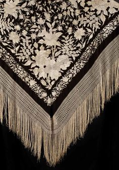 manton de manila - Recherche Google Hand Work Embroidery, Embroidery Applique, Embroidery Stitches, Ostrich Costumes, Embroidered Roses, Green Books, Cotton Club, Silk Shawl, Tribal Fusion