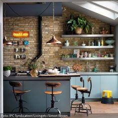 Eine schöne Alternative zu herkömmlichen Küchenstühlen: Barstühle im Vintage-Look. Die stylischen Drehstühle passen wunderbar an den Tresen dieser natürlichen…