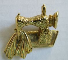 Vintage Sewing Machine ~ Ladies Pin ~  Gold Tone Brooch Fashion Jewelry