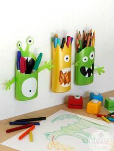 pequeños monstruos con frascos de shampú . Shampoo Bottle Monster Pencil Holder