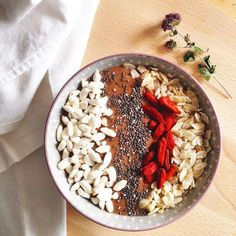 Smoothie bowl cacao cru, maca, sucre de coco, lait d'amandes, banane & topping : riz soufflé nature, graines de chia, baies de goji et flocons de riz • Raw cocoa, maca, banana, almond milk smoothie bowl topped with puffed rice, chia seeds, goji berries and rice flakes #organic #bio #biologique #smoothie #santé #sain #healthy #chocolate #chocolat #superfood