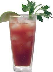 Bloody Mary -  3 cda / 40 ml. de vodka 6 cda / 75 gr jugo de tomate 1 cda/ 15 ml de zumo de limón 2 chorritos salsa inglesa 2-3 gotit tabasco Sal y pimienta 3-4 cub hielo. 1 cda de jerez tmb le va bien  Preparar el vaso con los hielos Verter el vodka Agregar el limón sal y pimienta. Añadir la salsa y el tabasco. Rellenar con el tomate.  Variaciones En Estados Unidos es común prepararlo con ginebra en lugar de Vodka. Otra variante es Cherry Mary, consiste en sustituir el vodka por Jerez